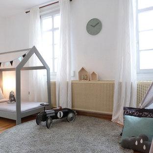 Mittelgroßes Modernes Kinderzimmer mit Schlafplatz, weißer Wandfarbe, braunem Holzboden und braunem Boden in Frankfurt am Main