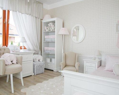 Klassisches Kinderzimmer Mit Beiger Wandfarbe Und Braunem Holzboden In  Dresden