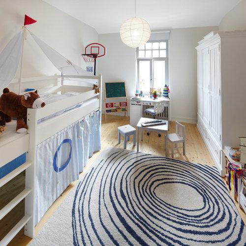 Großes Skandinavisches Kinderzimmer Mit Schlafplatz, Hellem Holzboden Und  Beiger Wandfarbe In Frankfurt Am Main