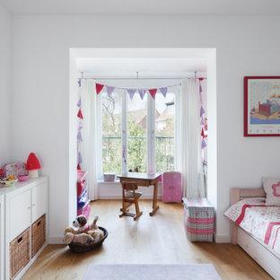 Mittelgroßes Modernes Kinderzimmer mit Schlafplatz, weißer Wandfarbe, braunem Boden und hellem Holzboden in Düsseldorf