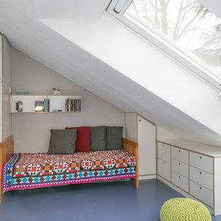 Cette photo montre une chambre d'enfant de 4 à 10 ans moderne de taille moyenne avec un mur blanc, un sol en linoléum et un sol bleu.