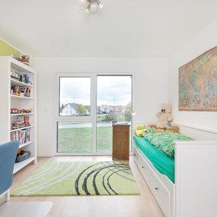 Kleines Modernes Jugendzimmer mit weißer Wandfarbe, hellem Holzboden, beigem Boden und Schlafplatz in Stuttgart