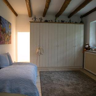 Idée de décoration pour une chambre d'enfant de 4 à 10 ans champêtre de taille moyenne avec un mur blanc, un sol en carreau de terre cuite et un sol beige.