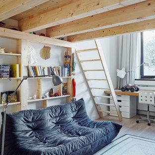 Aménagement d'une salle de jeux d'enfant contemporaine avec un mur blanc, un sol en bois clair, un sol beige et un plafond en poutres apparentes.