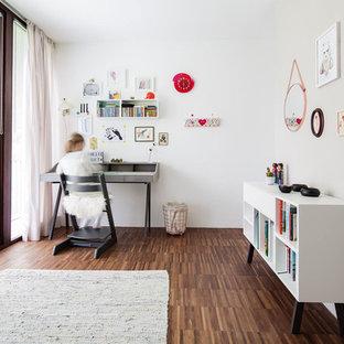 Mittelgroßes Modernes Kinderzimmer mit Schlafplatz, weißer Wandfarbe, gebeiztem Holzboden und braunem Boden in München