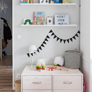 Neutrales Skandinavisches Kinderzimmer mit grauer Wandfarbe und braunem Holzboden in Berlin