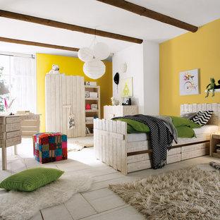 Neutrales Klassisches Kinderzimmer mit Schlafplatz und weißer Wandfarbe in Frankfurt am Main