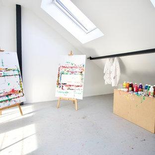 Bild på ett mycket stort funkis könsneutralt barnrum kombinerat med lekrum och för 4-10-åringar, med vita väggar, plywoodgolv och grått golv