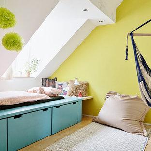 ハンブルクの中サイズの北欧スタイルのおしゃれな子供部屋 (淡色無垢フローリング、児童向け、緑の壁) の写真
