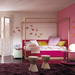 Idée de décoration pour une grand chambre d'enfant de 4 à 10 ans design avec un mur rose, un sol en bois foncé et un sol violet.