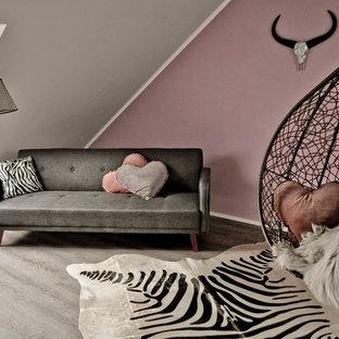 Bild på ett stort funkis barnrum kombinerat med sovrum, med rosa väggar och vinylgolv