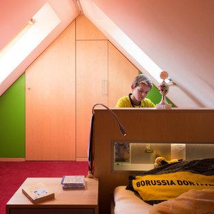Inspiration för ett mellanstort funkis pojkrum, med vita väggar, heltäckningsmatta och rött golv