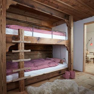 Diseño de dormitorio infantil rústico con paredes blancas y suelo de madera en tonos medios
