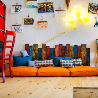 Mittelgroßes, Neutrales Modernes Kinderzimmer mit Spielecke, weißer Wandfarbe, Laminat und braunem Boden in Berlin