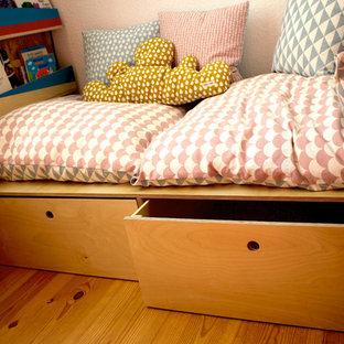 Esempio di una piccola cameretta per bambini da 4 a 10 anni mediterranea con pareti bianche, pavimento in laminato e pavimento beige