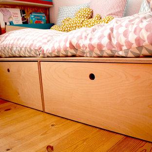 Immagine di una piccola cameretta per bambini da 4 a 10 anni mediterranea con pareti bianche, pavimento in laminato e pavimento beige