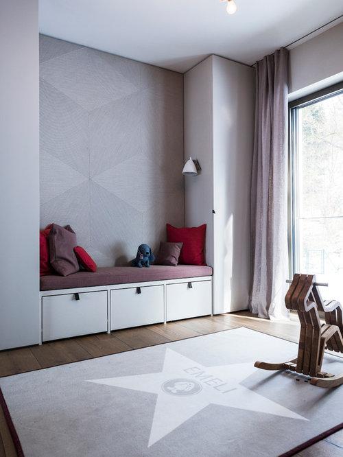 Neutrales, Mittelgroßes Modernes Kinderzimmer Mit Spielecke, Grauer  Wandfarbe Und Dunklem Holzboden In München