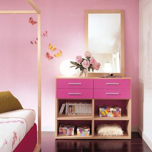 Inspiration för ett stort funkis flickrum kombinerat med sovrum och för 4-10-åringar, med rosa väggar, mörkt trägolv och lila golv