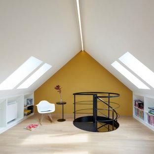 Idée de décoration pour une chambre neutre design avec un mur jaune, un sol en bois clair, un sol beige et un plafond voûté.
