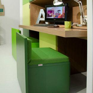 Idéer för att renovera ett mellanstort funkis flickrum kombinerat med skrivbord och för 4-10-åringar, med vita väggar, plywoodgolv och vitt golv