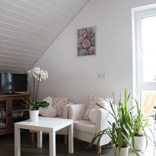 Immagine di una cameretta per ragazzi country con pareti bianche, pavimento in terracotta e pavimento marrone