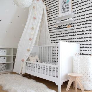 Nordisches Kinderzimmer mit weißer Wandfarbe, hellem Holzboden und beigem Boden in Hamburg