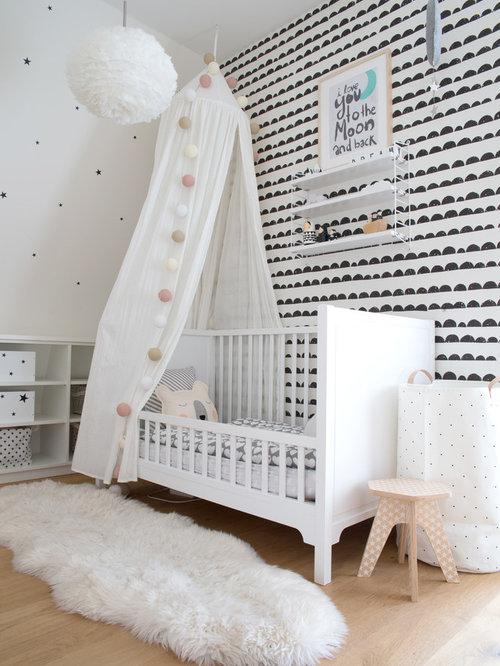Nordisches Babyzimmer Mit Weißer Wandfarbe, Hellem Holzboden Und Beigem  Boden In Hamburg
