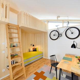 Mittelgroßes, Neutrales Modernes Jugendzimmer mit weißer Wandfarbe, braunem Holzboden und braunem Boden in Sonstige