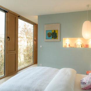 Mittelgroßes Modernes Kinderzimmer mit Schlafplatz, blauer Wandfarbe, hellem Holzboden und beigem Boden in Stuttgart