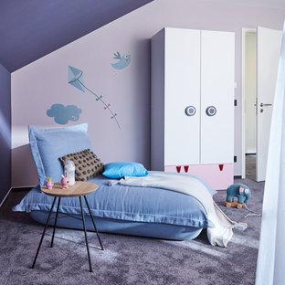 Inspiration pour une chambre d'enfant de 4 à 10 ans design de taille moyenne avec un mur violet, moquette et un sol violet.