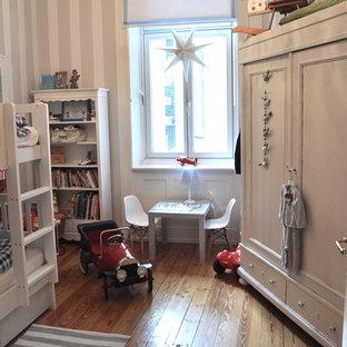 Mittelgroßes, Neutrales Klassisches Kinderzimmer mit Spielecke, braunem Holzboden und braunem Boden in Hamburg
