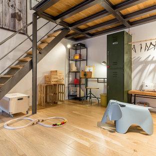 Mittelgroßes Industrial Kinderzimmer mit weißer Wandfarbe und hellem Holzboden in Venedig