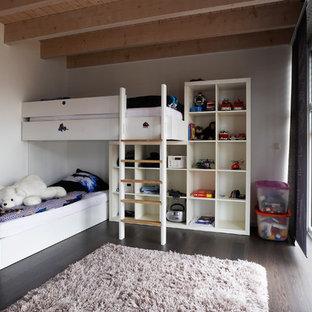 Geräumiges Modernes Kinderzimmer mit Schlafplatz, weißer Wandfarbe, dunklem Holzboden und braunem Boden in Sonstige