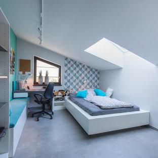 Idéer för att renovera ett mellanstort funkis barnrum kombinerat med sovrum, med vita väggar, betonggolv och grått golv