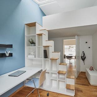 Mittelgroßes, Neutrales Modernes Jugendzimmer mit Arbeitsecke, weißer Wandfarbe, braunem Holzboden und braunem Boden in Stuttgart