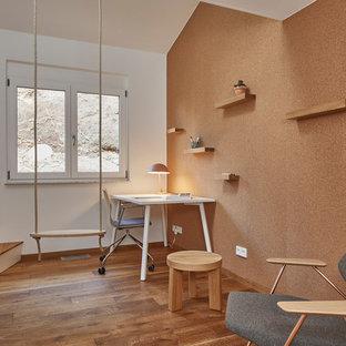 Kleines Modernes Jugendzimmer Mit Braunem Holzboden, Arbeitsecke, Weißer  Wandfarbe Und Braunem Boden In Stuttgart