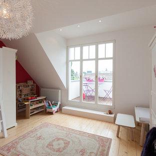 Mittelgroßes Klassisches Kinderzimmer mit Schlafplatz, hellem Holzboden und bunten Wänden in Frankfurt am Main