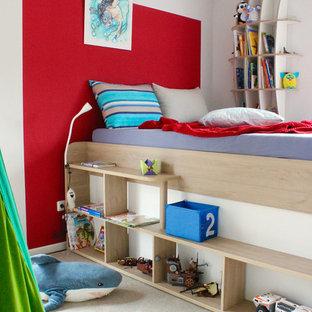 Kleines Modernes Kinderzimmer mit Schlafplatz, weißer Wandfarbe, braunem Holzboden und braunem Boden in Frankfurt am Main