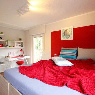 Mittelgroßes Modernes Jungszimmer mit Schlafplatz, weißer Wandfarbe, braunem Holzboden und braunem Boden in Frankfurt am Main