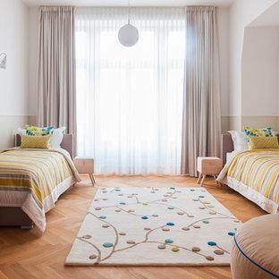 Neutrales, Großes Klassisches Kinderzimmer mit Schlafplatz, bunten Wänden und hellem Holzboden in Sonstige