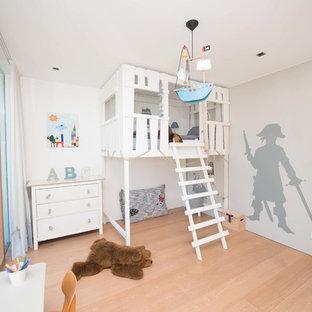 Neutrales, Mittelgroßes Klassisches Kinderzimmer mit Schlafplatz, weißer Wandfarbe, hellem Holzboden und beigem Boden in Sonstige