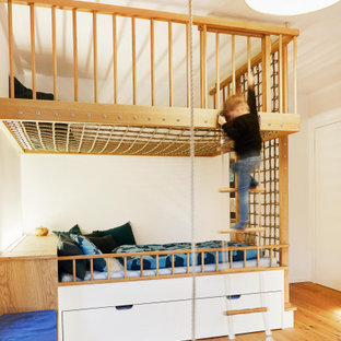 Modernes Kinderzimmer mit weißer Wandfarbe, Schlafplatz, braunem Holzboden und braunem Boden in Frankfurt am Main