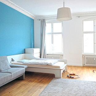 Großes, Neutrales Modernes Kinderzimmer Mit Spielecke, Hellem Holzboden Und  Bunten Wänden In Berlin