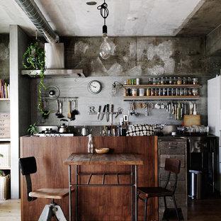 名古屋の小さいインダストリアルスタイルのおしゃれなダイニングキッチン (グレーのキッチンパネル、無垢フローリング) の写真