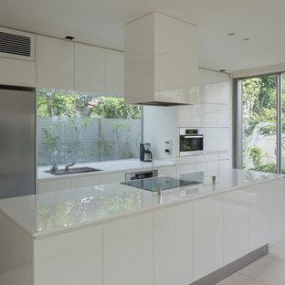 Zweizeilige Moderne Küche mit Waschbecken, flächenbündigen Schrankfronten, weißen Schränken, Kücheninsel, weißem Boden und weißer Arbeitsplatte in Tokio