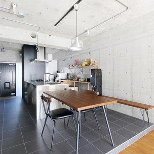 東京23区のインダストリアルスタイルのおしゃれなダイニングキッチン (グレーの床) の写真