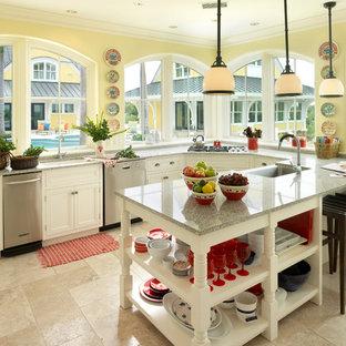 Tropenstil Küche mit Unterbauwaschbecken, weißen Schränken, Küchengeräten aus Edelstahl, Granit-Arbeitsplatte, beigem Boden und grauer Arbeitsplatte in Boston