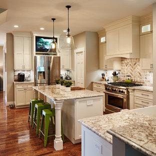 セントルイスの広いトランジショナルスタイルのおしゃれなキッチン (エプロンフロントシンク、シェーカースタイル扉のキャビネット、白いキャビネット、御影石カウンター、ベージュキッチンパネル、レンガのキッチンパネル、シルバーの調理設備、無垢フローリング、マルチカラーのキッチンカウンター) の写真