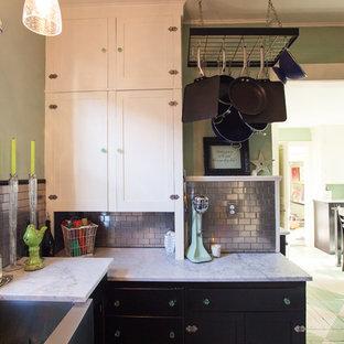 シアトルの小さいインダストリアルスタイルのおしゃれなキッチン (エプロンフロントシンク、シェーカースタイル扉のキャビネット、大理石カウンター、メタリックのキッチンパネル、シルバーの調理設備の、塗装フローリング、アイランドなし、黒いキャビネット、サブウェイタイルのキッチンパネル、緑の床、グレーのキッチンカウンター) の写真