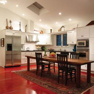 ロサンゼルスの地中海スタイルのおしゃれなL型キッチン (シルバーの調理設備の、シェーカースタイル扉のキャビネット、白いキャビネット、赤い床) の写真